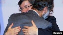 Թուրքիայի արտգործնախարար Դավութօղլուն շնորհավորում է Սիրիայի ազգային դաշինքի ղեկավար Մուազ ալ-Խաթիբին, Դոհա, Քաթար, 2012թ. նոյեմբերի 11