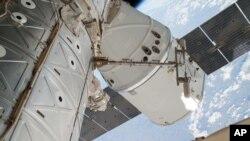 Foto de archivo del acomplamiento de la nave SpaceX Dragon a la Estación Espacial Internacional.