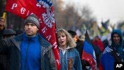 Warga Rusia di Moskow membawa bendera Republik Rakyat Donetsk sebagai dukungan terhadap separatis di Ukraina timur, Selasa (4/11).