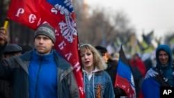 俄罗斯民族主义者在莫斯科游行,挥动顿涅茨克人民共和国的旗帜,支持当地的分离势力(2014年11月4日)