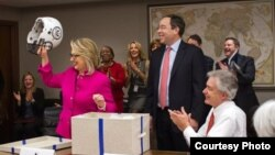 7일 미국 위싱턴의 국무부 건물에서 차관보 회의에 참석한 힐러리 클린턴 국무장관. 뇌진탕에 이어 뇌에서 발견된 혈전 때문에 치료를 받은 클린턴 장관은 이날 미식축구 핼멧을 선물로 받았다. 미 국무부 제공.