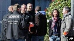 벨기에 수도 브뤼셀에서 5일 낮 경찰관 2명이 흉기에 피습된 직후 연방 검찰과 경찰 관계자들이 현장을 조사하고 있다. 지난 8월 6일에도 벨기에 남부도시 샤를루아에서 여성 경찰관 2명이 30대 불법체류 남성이 휘두른 흉기에 부상당했다.