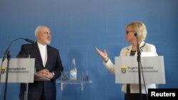 جواد ظریف در کنار همتای سوئدی خود در یک کنفرانس خبری در استکهلم.