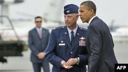 Ðại tá Mark Camerer (trái) tiếp đón Tổng thống Barack Obama khi ông đến căn cứ Không quân Dover để tưởng niệm 30 quân nhân Mỹ tử trận