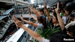 Thai Protesters Use 'Hunger Games' Sign