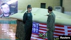 伊朗士兵守衛著當年被擊落的RQ-170哨兵無人機 (資料圖片)