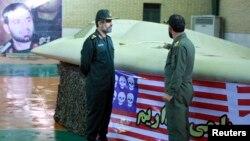 이란 혁명수비대원들이 지난 2011년 이란 영공을 침범했다 나포된 미국 무인기 'RQ-170' 옆에 서 있다. (자료사진)