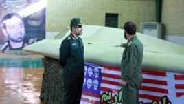 Članovi iranske Revolucionarne garde kraj zapljenjenog američkog špijunskog drona