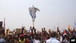 Waunga mkono wa kiongozi wa upinzani Etienne Tshisekedi, wakibeba msalaba unaoashiria kuwa hawakubakubaliani na mukula wa tatu wa Joseph Kabila, wakati wa mkutano wa kisiasa DRC, Julai 31, 2016.