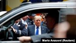 На фото: Екс-президент США Дональд Трамп під час візиту до поліційної дільниці у Нью-Йорку. Вересень 2021
