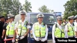 29일 대북전단을 살포하려는 민간단체들의 차량 진입을 막고 선 한국 경찰