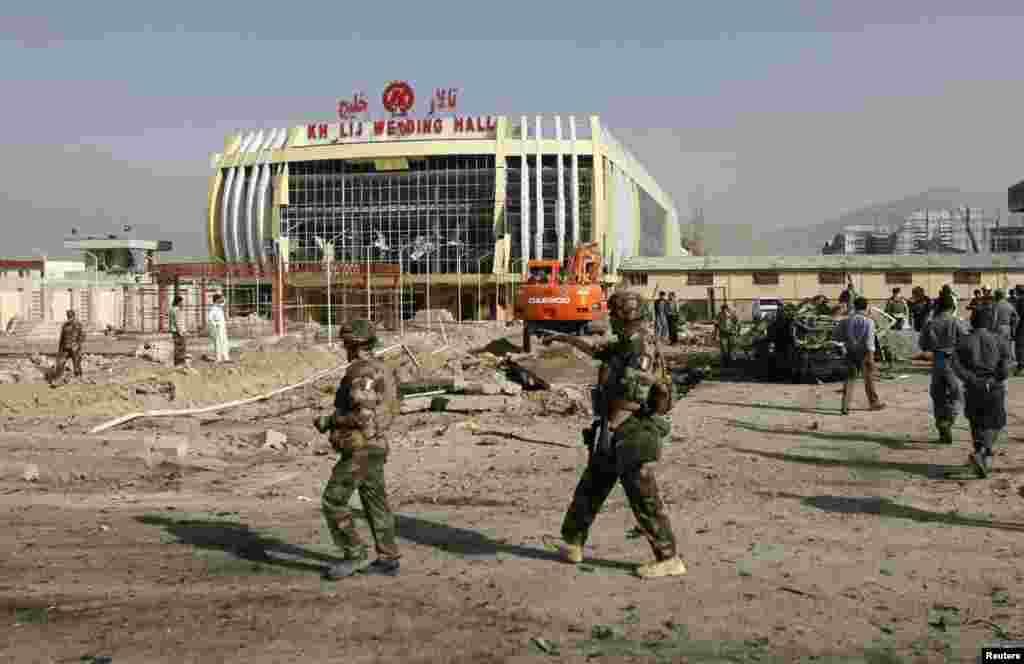 Des soldats de l'OTAN sur les lieux de l'attaque