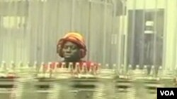 Un travailleur dans une usine de fabrication de boisson sucrée au Kenya.