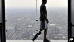 Zac Water durante su entrenamiento con la pierna biónica para participar del evento de escalada más alto del mundo al tener que subir 103 pisos.