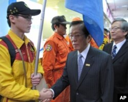 外交部长杨进添和日本驻台代表今井正向队员握手道别