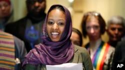 Giáo sư Đại học Wheaton Larycia Hawkins nói chuyện với các phóng viên trong một cuộc họp báo ngày 16/12/2015 tại Chicago.