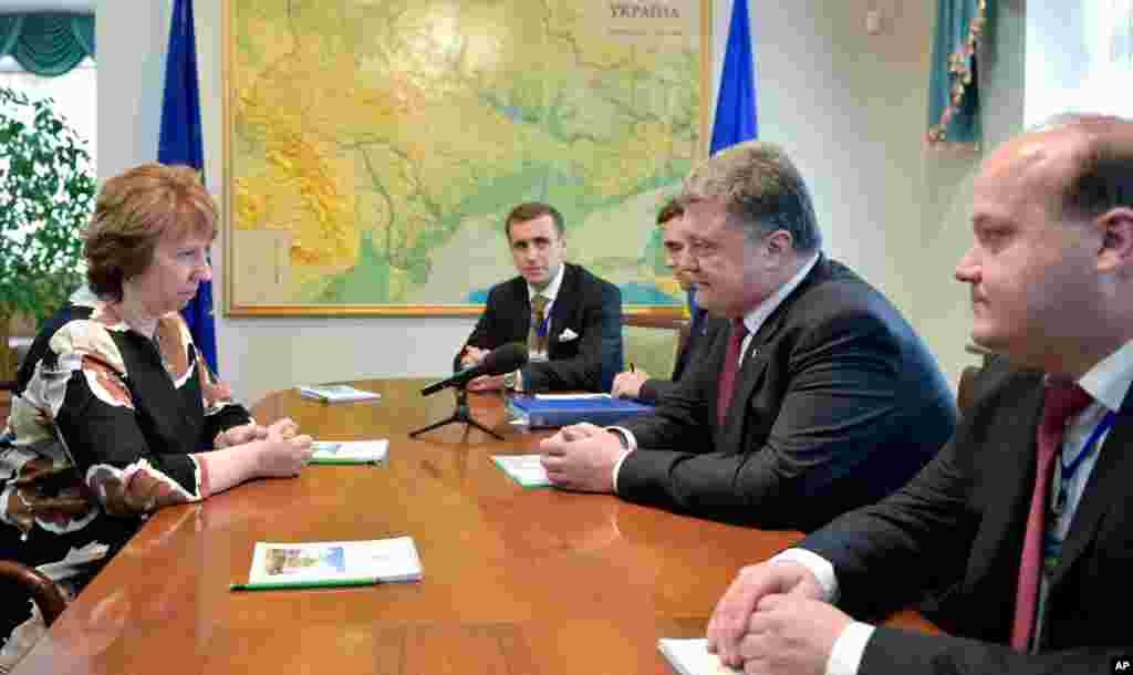 EU foreign policy chief Catherine Ashton, left, talks to Ukraine's President Petro Poroshenko, second right, in Minsk, Belarus, Aug. 26, 2014.