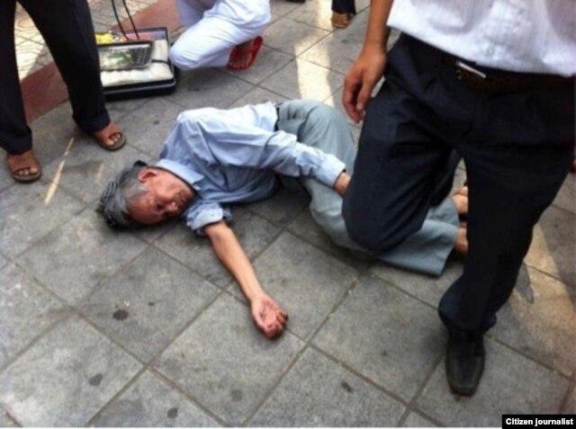 """Blogger Người Buôn Gió: """"Hãy nhìn bước chân của người đàn ông quần âu đen này, chúng ta hình dung ai có thể bước qua một người già đang nằm như vậy?"""""""