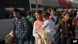 5일 헝가리에서 오스트리아로 입국한 난민들이 빈 역에 도착했다. 이들은 기차로 최종 목적지인 독일로 갈 예정이다.