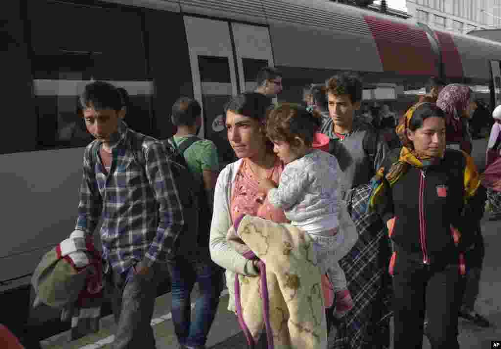 گروهی از پناهجویان روز شنبه وارد ایستگاه قطار وین اتریش شدند تا راهی آلمان شوند.