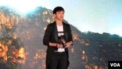 香港社運人士、歌手何韻詩在奧斯陸自由論壇-台灣上發表演講,呼籲全球團結一致聲援香港人的抗爭。 (2019年9月13日,美國之音林楓拍攝)