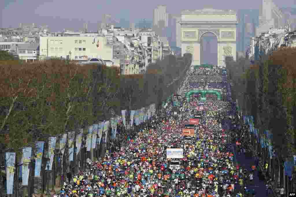 ۳۹ امين ماراتون پاريس در خيابان شانزهليزه پاريس در فرانسه.