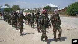 Anggota militan Al-Shabab Somalia berbaris di pinggiran kota Mogadishu awal Maret lalu (Foto: dok). Seorang pemimpin militer Kenya di Somalia, Ahmed Iman Ali bersumpah setia mengabdi pada Abu Zubeyr, pemimpin al-Shabab.