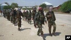 Para anggota militan Al-Shabab berbaris di pinggiran kota Mogadishu (Foto: dok).