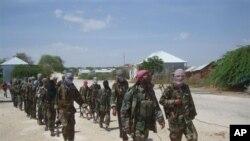 Anggota militan Al-Shabab berbaris di pinggiran kota Mogadishu, Somalia (foto: dok). Amerika meningkatkan pemantauan udara atas kelompok-kelompok militan di Afrika.