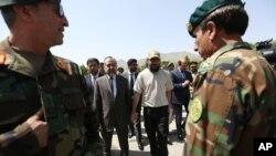 巴基斯坦大使侯赛因(左)在阿富汗喀布尔与前巴基斯坦总理吉拉尼的儿子(右)会面(2016年5月11日)