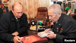 2013年9月18日﹐俄羅斯總統普京(左)與卡拉什尼科夫(右)在伊熱夫斯克見面。