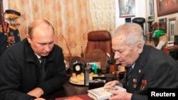 俄罗斯总统普京(左)与AK-47步枪发明人卡拉什尼科夫会面。(2013年9月18日)