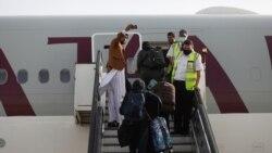 아프가니스탄인이 카불 공항에서 비행기에 탑승하기 전 사진을 찍고 있다.