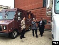 Duta Besar RI untuk AS, Budi Bowoleksono dan staff KBRI mempersiapkan food truck untuk jamu wapres Jusuf Kalla (Dok: VOA)