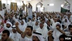 Warga Bahrain melakukan protes anti pemerintah di dalam sebuah gedung di Manama (13/6).