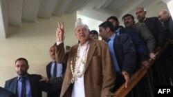 نیشنل کانفرنس کے صدر اور جموں و کشمیر کے سابق وزیرِ اعلی فاروق عبدالله انتخابات کے لیے اپنے کاغزاتِ نامزدگی جمع کروانے کے بعد۔ 25 مارچ 2019