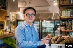 罗文嘉在书店里销售桃园小农户种植的有机蔬菜。(美国之音记者方正拍摄)