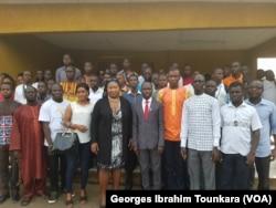 Des jeunes posent pour une photo à l'issue d'une séance de sensibilisation sur le danger de l'immigration clandestine à Daloa, Côte d'Ivoire, septembre 2017. (VOA/ Georges Ibrahim Tounkara)