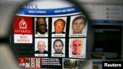 Naslovnica web stranice Interpola sa likovima, snimljenim kroz lupu, za kojima je izdata međunarodna potjernica nakon pokretanja istrage o korupciji visokih zvaničnika FIFA-e.