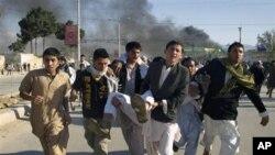 4月1日阿富汗人将一名受伤者紧急送往医院