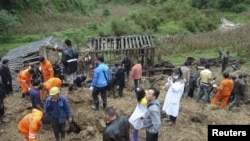 Tim penyelamat mencari korban bencana tanah longsor di desa Zhenhe di propinsi Yunnan, Tiongkok barat daya, Kamis (4/10).