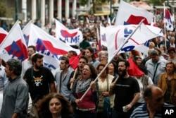 Người biểu tình hô khẩu hiệu chống những biện pháp thắt lưng buộc bụng ở Athens, Hy Lạp, ngày 22 tháng 5, 2016.