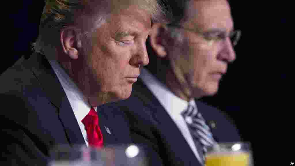 Le président Donald Trump et le sénateur John Boozman, le 2 février 2017 à Washington.