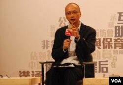香港大學政治及公共行政學系教授陳祖為表示,2003年7-1大遊行引發中聯辦介入香港事務(美國之音湯惠芸)