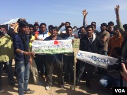 Pakistanis protest on a beach in Greece, saying they were being denied the right to apply for asylum, April 2016. (H. Murdock/VOA)
