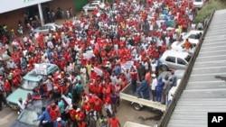 Wafuasi wa chama cha upinzani wakiandamana mjini Harare, Zimbabwe wakimtaka Rais Robert Mugabe ajiuzulu.