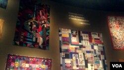"""El muro de las colchas de retazos de la exhibición """"Conversaciones"""". [Foto: Sophia Boyd, VOA]"""