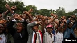 Warga melakukan aksi protes saat berlangsungnya Irreecha, Festival Hari Bersyukur bagi warga Oromo di kota Bishoftu, Oromia, Ethiopia, 2 Oktober 2016 (Foto: dok). Sharon Gray, peneliti pascadoktoral University of California tewas setelah demonstran melempari kendaraannya dengan batu, Selasa (4/10).