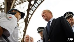 Bộ trưởng nội vụ Pháp Brice Hortefeux gặp gỡ lực lượng an ninh tại Tháp Eiffel ở Paris, thứ Năm 16/9/2010