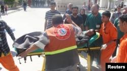 Seorang pria ditandu menuju rumahsakit menyusul bentrokan pasukan Irak dengan demonstran Sunni di Kirkuk, 250 kilometer sebelah utara Baghdad (23/4). Sedikitnya 30 orang dilaporkan tewas dalam insiden tersebut.